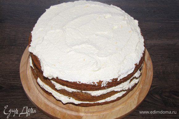 Начинаем собирать торт. Все коржи обильно смазать кремом.