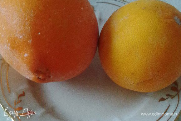 Предварительно нужно хорошенько вымыть апельсины, обдать кипятком и, завернув в плёнку, поместить в морозилку на 12 часов (у меня лежали сутки). Это необходимо чтобы избавить их от горечи.