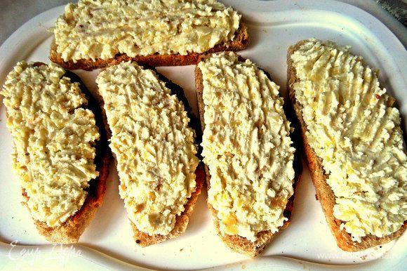 Наносим картофельно-сырный слой на хлеб.
