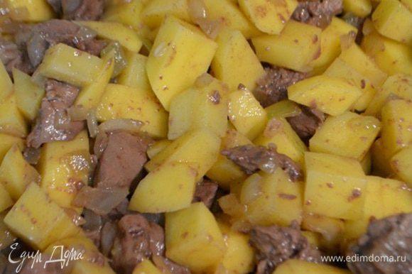 Картофель очистить, порезать кубиками. В сковороду добавить картофель и тушить под крышкой на медленном огне 20 минут.
