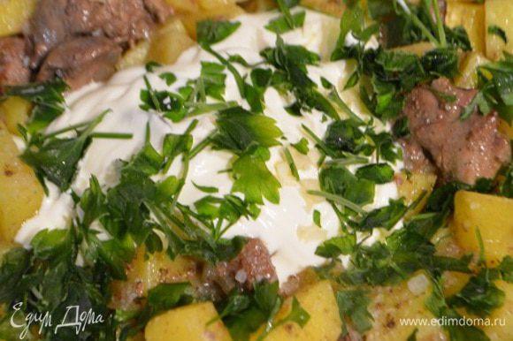 По истечению времени добавить соль, измельченный чеснок, петрушку и добавить сметану. Аккуратно перемешать и готовить еще 5 минут.