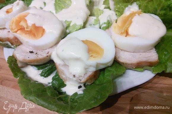 Сверху салат посыпаем сырной стружкой (можно взять любой сыр твёрдых сортов, желательно пикантный).
