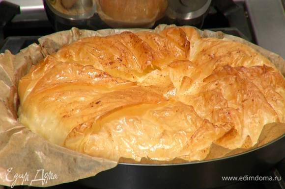 Выпекать пирог в разогретой духовке 15–18 минут. Нарезать и подавать пирог полностью остывшим.