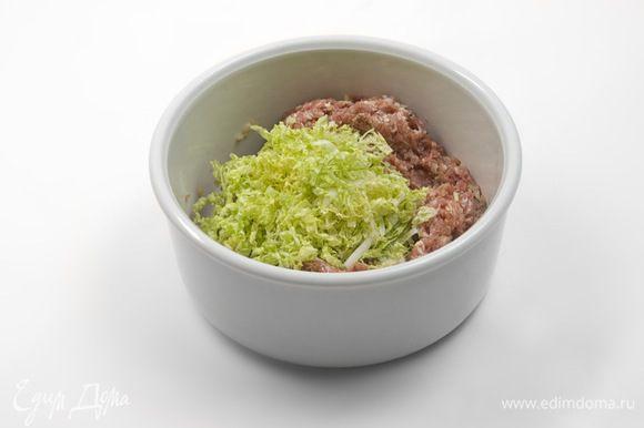 Начинка: в фарш добавить 1/2 столовой ложки соевого соуса, чайную ложку сахара, соль, перец, 1/2 столовой ложки кунжутного масла, кукурузный крахмал, мелко порубленный чеснок, тертый имбирь, устричный соус. Все перемешать. Мелко порубить пекинскую капусту. Нарезать побеги чеснока и лука и добавить в фарш. Перемешать и поставить в холодильник на 30 минут.