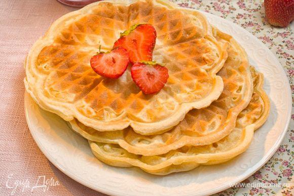 Подавать с вареньем, джемом или сиропом, украсив свежими ягодам.