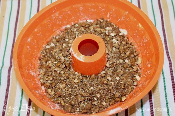 Выложите половину теста в смазанную форму, сверху выложите ореховую смесь.