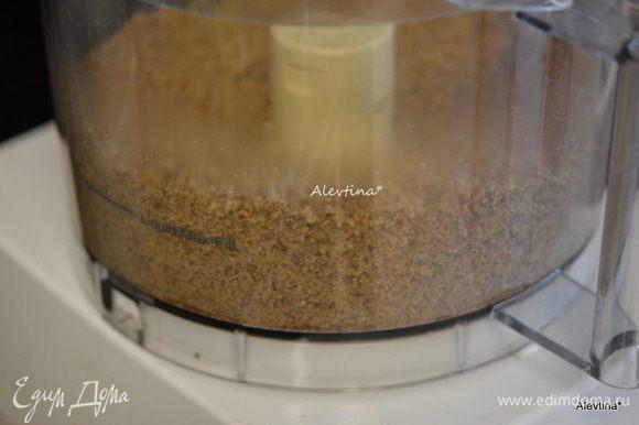 Пекан очищенный или грецкий орех размолоть с корицей и коричневым сахаром в крошку.