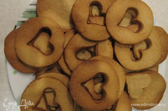 Готовое печенье остудить прямо на противне в течение 5 минут. Затем снять с противня и дать полностью остыть.