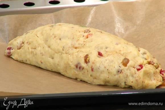 Выложить пирог на противень, застеленный бумагой для выпечки, и дать ему немного постоять.