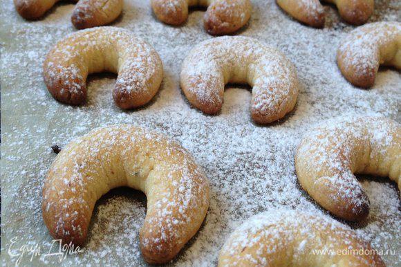 Ещё теплые рогалики обильно посыпать сахарной пудрой и подавать к столу!