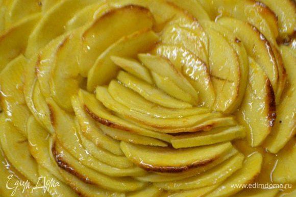 Повидло в моем случае абрикосовое, подогреть в микроволновой печи. Если очень густое разбавить кипяченой водой. Смазать сверху пирог с помощью кисточки. Остудить.