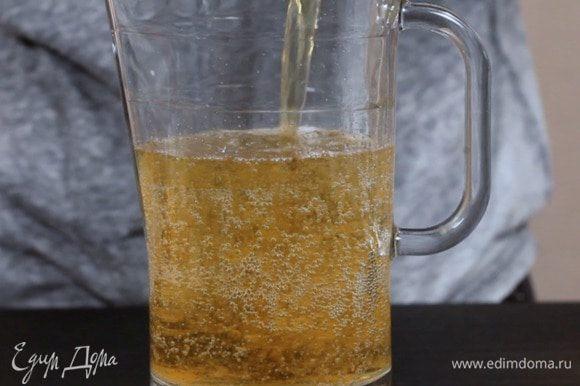 Затем добавить яблочный сок.