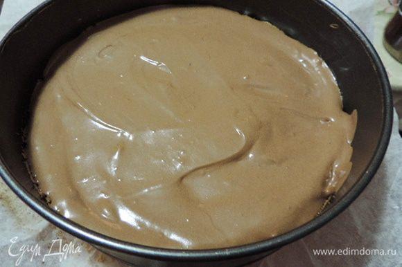 На бисквит вылить 1/3 часть шоколадного мусса. Убрать форму в морозилку до его полного застывания. Когда мусс застынет, снять бортик формы. Сверху очень осторожно, по центру выложить заготовку из застывших шоколадного и черничного муссов (я забыла сфотографировать этот момент). Вернуть бортик на место и вылить оставшийся шоколадный мусс. Убрать форму в морозилку, пока и он полностью не застынет.