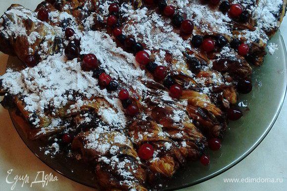 Готовый пирог можно декорировать сахарной пудрой и ягодами клюквы и черники.