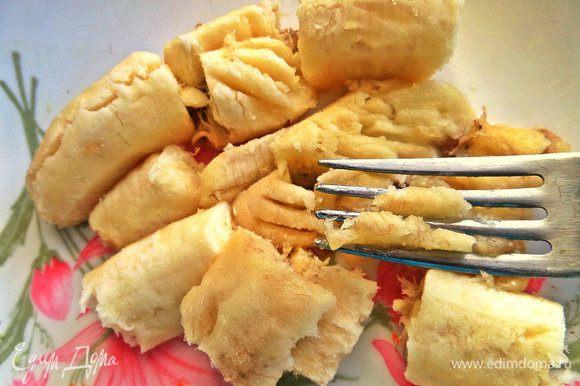 Банан размять вилкой — он даст сладость батончикам.