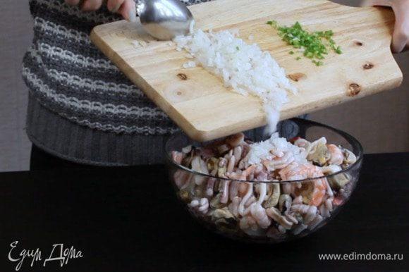 По истечении этого времени слить маринад. Порезать мелко лук и перец, добавить к морепродуктам и оставьте ещё на 1 час.