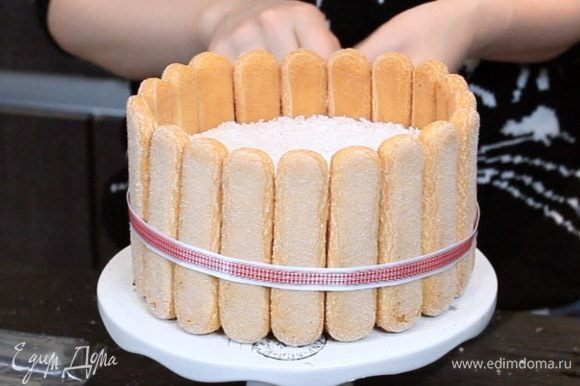 Можно ещё перевязать торт лентой.