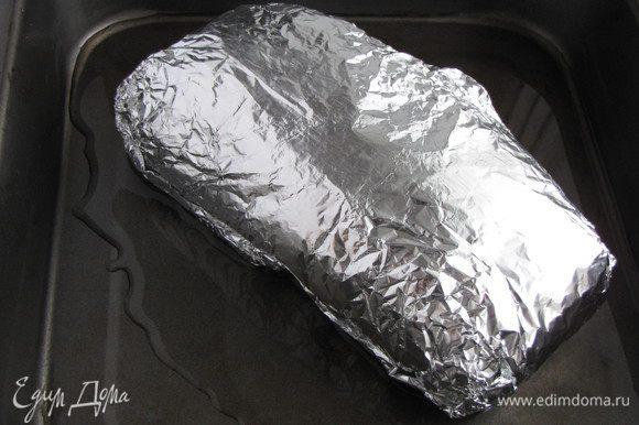В форму налить 100 мл воды и положить туда мясо в фольге. Поставить в духовку, разогретую до 180°C на 40 минут. Если кусок мяса у вас больше, то время запекания следует увеличить.