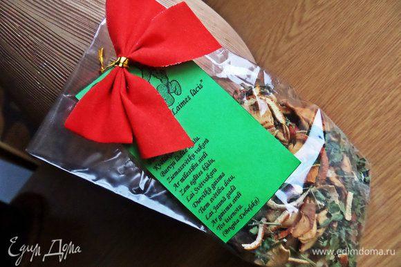 А упаковать можно примерно так, как делают в Латвии (у меня подарочный травяной чай с фруктами и ягодами ручной сборки): в пакетик насыпать вкусности, например, данное печенье, написать стишок-пожелание на цветной бумаге и прикрепить с бантиком! Всем будет приятно получить такой милый подарочек :)