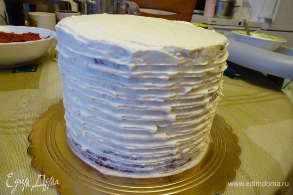 Оставшейся 1/3 частью крема обмазываем бока и верх торта.