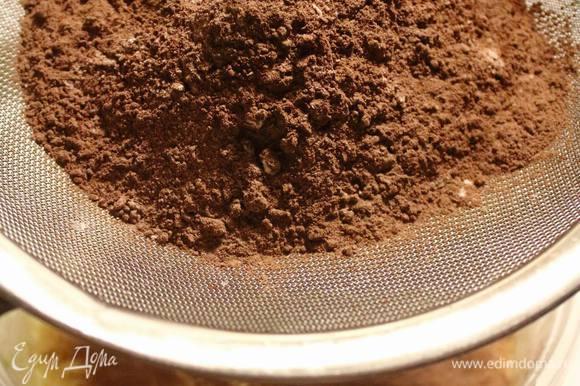В отдельной посудине смешать сухие ингредиенты и просеять их в яично-масляную смесь.