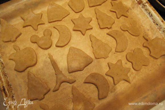 Тесто раскатать на слегка припыленной мукой поверхности в тонкий пласт и с помощью формочек вырезать печенье. Разложить на противне, застеленном пергаментом или силиконовым ковриком, и отправить в предварительно разогретую до 200°C духовку на 10-15 минут.