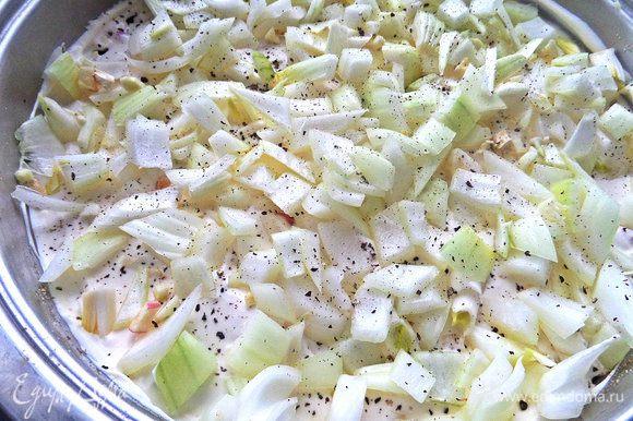 Насыпаем на сметану лук, чеснок (чтобы зажарились сверху), перчим, солим по вкусу.
