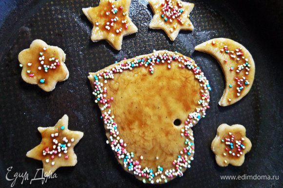 Переносим печенье в смазанную форму.