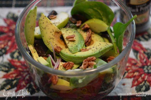 Добавить орехи очищенные как пекан или грецкий. Дольки яблока и авокадо. Аккуратно перемешать. Посолить и поперчить.