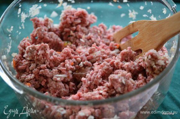 Смешать говяжий не жирный фарш с солью и черным перцем, добавить мелко порубленный лук, чесночный порошок, соль сельдерейную.