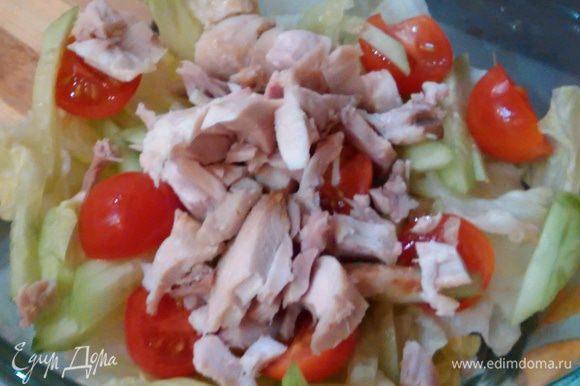 В салатник выложить половину салата, затем половину огурца, помидоров и курицы. Повторить все слои. Сверху посыпать рубленой зеленью.