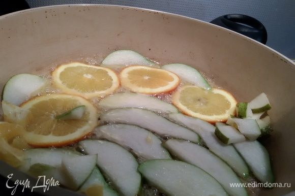 Тем временем отварить дикий рис в слегка подсоленной воде до состояния альденте. Остудить. Тщательно вымытый апельсин порезать так, чтобы получились 4 ровных диска в кожуре, остальную мякоть освободить от кожуры и нарезать кубиками, грушу разрезать напополам и порезать на 12 ровных ломтиков, остальное — кубиками. Сахар нагреть в сковороде до плавления. Опустить в него фрукты и карамелизировать их.