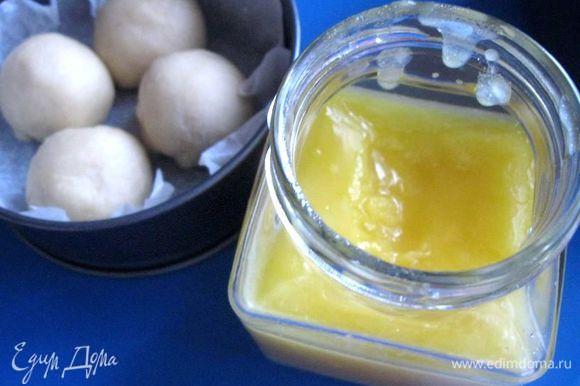 Приготовить топленое масло. Сливочное масло положить в кастрюльку с толстым дном, поставить на медленны огонь, растопить. Масло, вода и твердые вещества разделятся на три слоя: пена вверху, чистое желтое масло в среднем слое и осадок на дне. Снимите сверху пену и слейте осветленное сливочное масло в другую посуду через сито, застеленное марлей в 4 слоя, оставляя осадок в той емкости, в которой вы растапливали масло. Поместите масло в стеклянную банку, дождитесь, пока оно полностью остынет, уберите в холодильник.