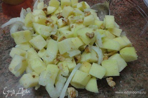 Орехи добавит к яблокам, полить заправкой, перемешать.