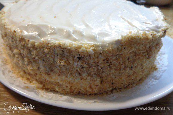 Покроем бока торта обсыпкой из орехов и измельченного бисквита.