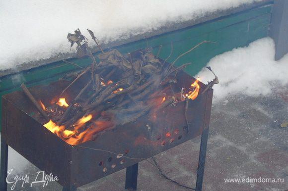 Разжигаем дрова-угли в мангале.