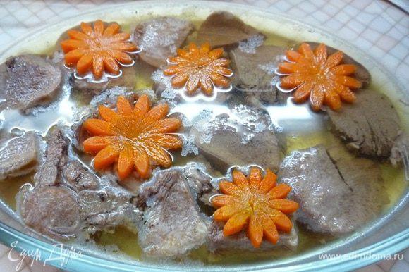 """Как только бульон """"схватился"""", застыл, достаем форму из холодильника, выкладываем сверху цветки из моркови и опять заливаем небольшим количеством бульона."""