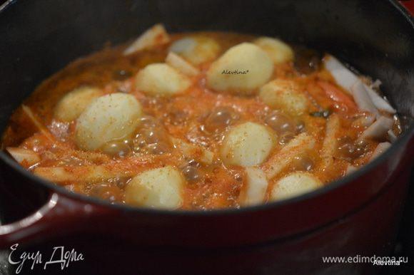 Картофель мелкий очистить, морковь и пастернак крупно порезать (вместо пастернака можно добавить сельдерей или репу.) Закрыть крышкой и тушить. Время зависит от нарезки овощей и кусочков мяса на плите или духовке 3 часа. Температура духовки 160°С. Для плиты медленный огонь.