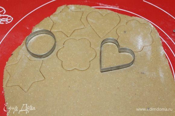 Раскатать тесто на присыпанном мукой столе, вырезать печенье.