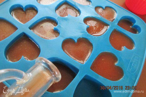 """Пока застывает холодец готовим коктейль """"Кровавая Мэри"""". Желатин замочим в теплом бульоне на 10 минут. Далее нужно добавить полстакана томатного сока и прогреть на плите до полного растворения желатина. Смешать с оставшимся соком и водкой, приправить соусами, солью и перцем. Готово! Остается только разлить в формочки для льда (я выбрала в форме сердечек) и убрать в холодильник на 2-3 часа."""