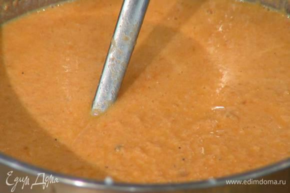 Оставшийся бульон процедить через сито и понемногу добавлять в суп, пока не получится нужная консистенция.
