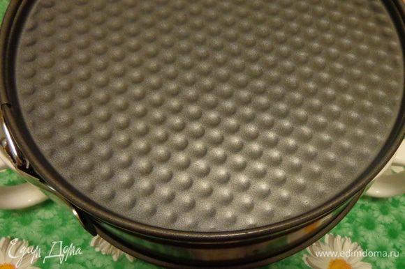 Печь при 180°C минут 25-30. Готовый бисквит перевернуть вверх дном и так остудить.