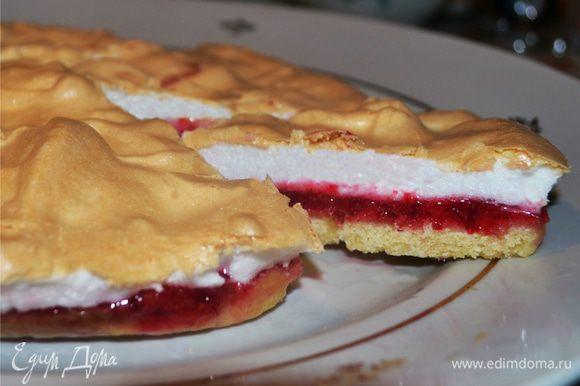 После выпечки меренгу надо хорошо охладить. И все можно угощать всех десертом. Я уверена, что такой пирог не останется без внимания! Приятного аппетита!