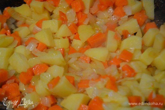 Спассеровать овощи на растительном масле до мягкости лука.