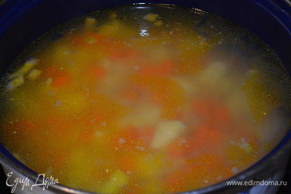 Переложить овощи в кастрюлю и залить водой или бульоном. Варить до готовности картофеля. Воды добавляем по вкусу, смотря какой густоты вы любите суп.