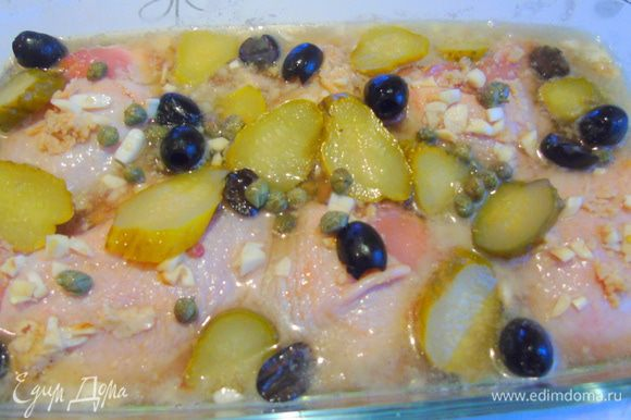 Корнишоны или же нарезанные маринованные огурчики, оливки черные или зеленые, здесь дело вашего вкуса, и каперсы.