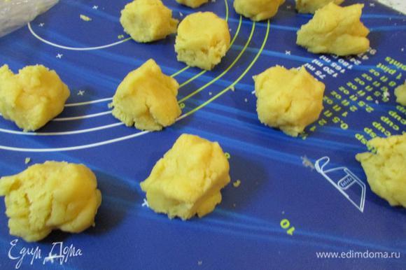 Затем разделить тесто на маленькие равные кусочки (у меня по 30 грамм).