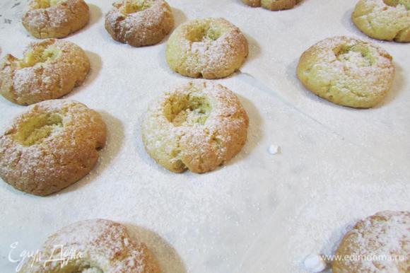 Готовое печенье остудить и припудрить сахарной пудрой.