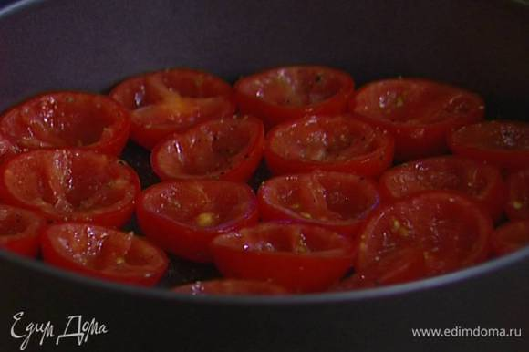 Высокую разъемную форму смазать оливковым маслом, присыпать оставшимся сахаром, уложить в нее половинки помидоров срезом вверх очень плотно друг к другу и отправить в разогретую духовку на 20 минут.