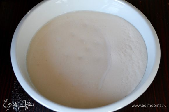 """Я брала воду и молоко, но можно приготовить тесто и только на воде, или на молоке. Итак, смешать и слегка подогреть воду с молоком, размешать 1 ст.л. сахара и 3 ст.л. муки (от общего количества) и добавить дрожжи. Перемешать и отставить в сторону на 15 минут, до образования """"шапочки""""."""